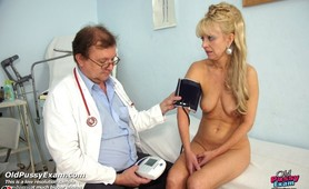 Mature Anezka visits her gyno doctor for real pussy exam