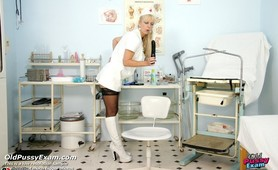 Old head nurse Anezka stretching her pussy with speculum