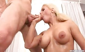 Amazing blonde giving a hot blowjob and swallow some cum !
