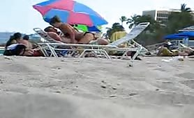 Couple gets so horny on the beach